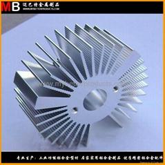 挤压工业铝合金型材精锯后数控加工成散热器