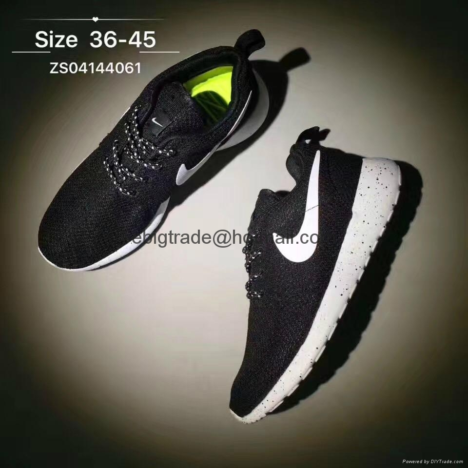Black Nike rosherun shoes