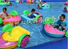 儿童水上手搖船搭配充氣水池遊樂設施