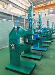 Pneumatic hydraulic clinching machine