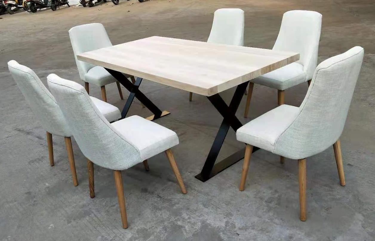 鐵腳餐台,配軟包座墊餐椅 1