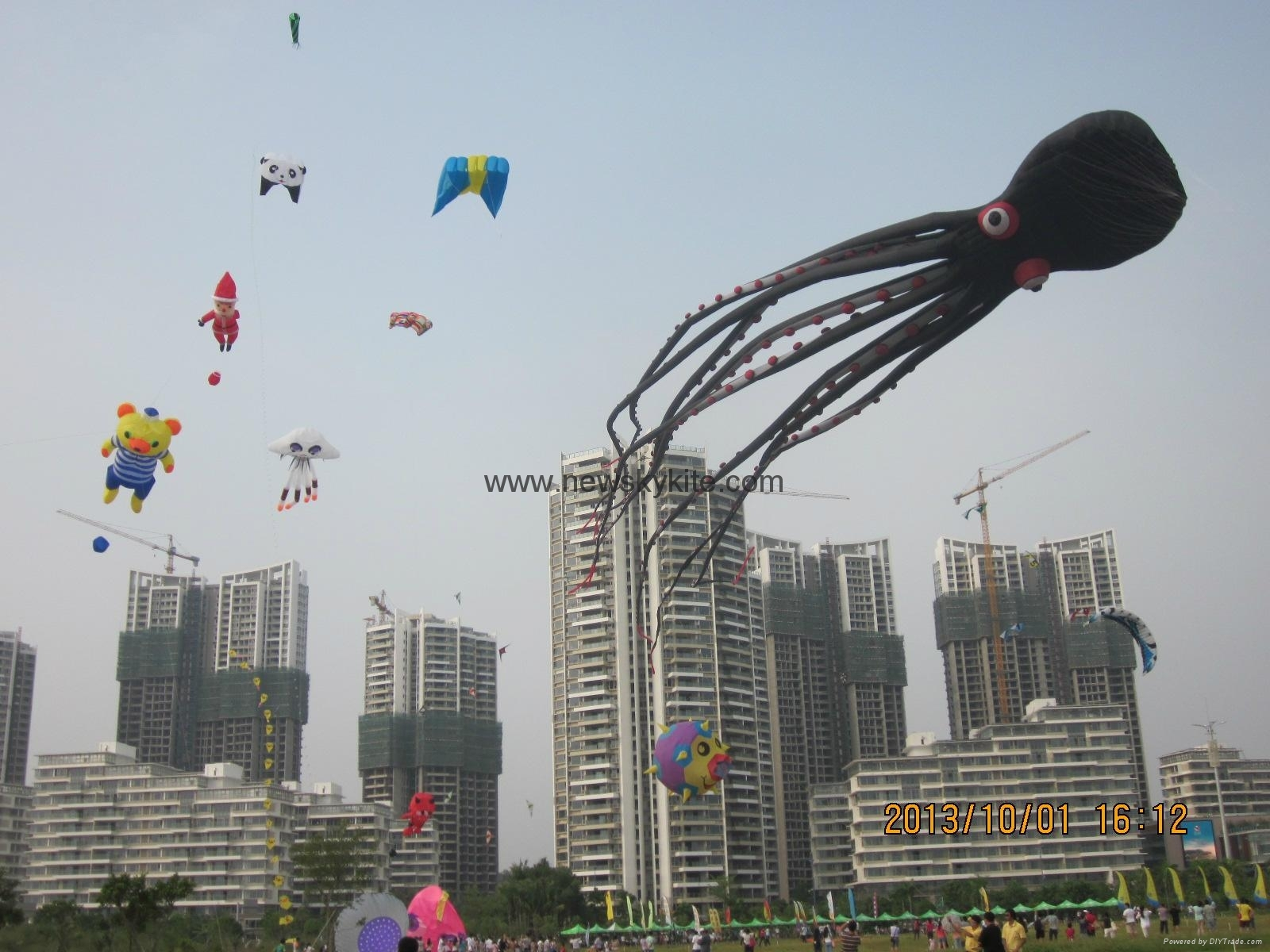 Biggest kite (100M long octopus) in 2013 WF kite festival