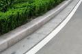 1、对石材的要求 路缘石应石质一致,无裂纹和风化等现象。花岗岩保水极限抗压强度应不小于100MPa,洛杉矶法磨耗率小于30%,狄法尔法磨耗率小于5%。石材路缘石的放射性水平应满足放射性比活度CRae≤1000Bq/kg镭当量浓度。 路缘石应安砌稳固,做到线直、弯顺、无折角,顶面应平整无错牙,现具业主要求不得用水泥砂浆勾缝。对运到施工现场的路缘石再次进行检查,应轻拿轻放,避免损坏,强度不合格、色泽不一致、外观尺寸误差5mm、是否有缺棱、角、坑窝、裂纹、颜色不一致等现象,对检验不合格的一律不使用。