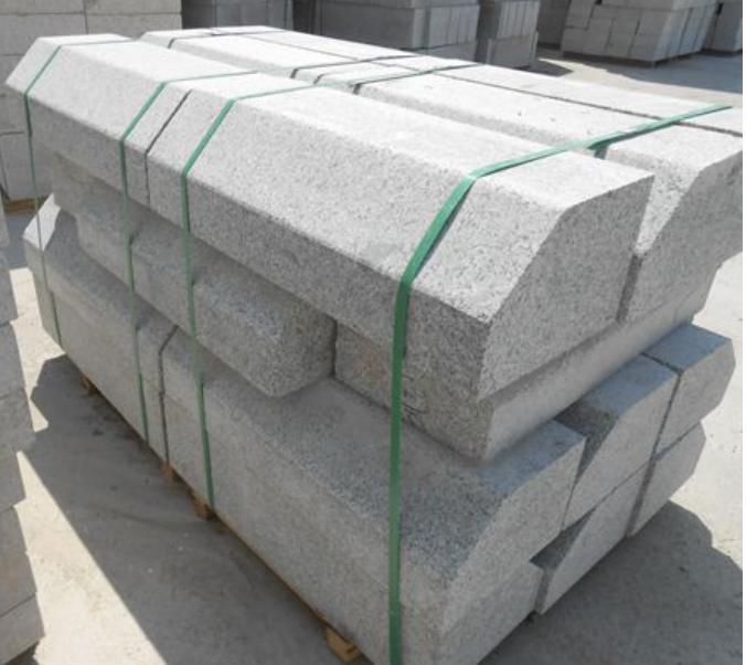 石材路缘石施工要求及注意事项  路缘石【curb】指的是设在路面边缘的界石,简称缘石,俗称路牙子。它是作为设置在路面边缘与其它构造带分界的条石。按照路缘石的材质分类为水泥混凝土路缘石、天然石材路缘石。