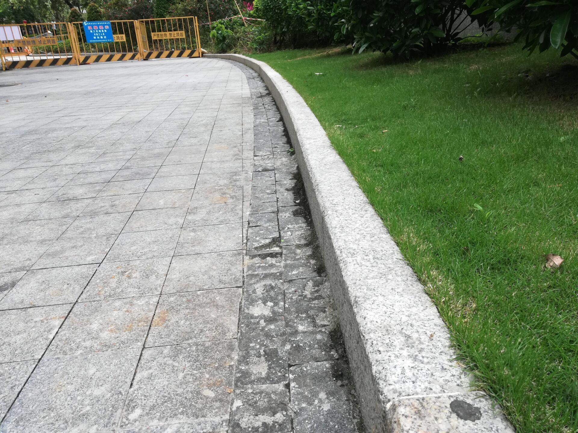港深广石材是专业生产厂家欢迎咨询  路沿石价格路侧石尺寸色差安装质量标准是什么  发表评论  3,564 views A+ 所属分类:路沿石 路沿石是指用各种青石、花岗岩、大理石制作的条块状物体用在路面边缘的界石,路沿石也称道牙石或路边石、路侧石、路牙石。石材路沿石质量标准是无明显色差,天然石材一般存在色差,只要不太明显就可以,石材选用硬度高,无破损的青石、花岗岩或者大理石均可,路沿石的尺寸一般是大多为1米长,宽度为10厘米、或者15厘米,高度有厘米和30厘米两种准常用,在规定的尺寸以内尺寸误差不能查过0.5厘米,越小质量就越好,这样的路沿石安装出来更好看,路沿石安装的标准是直顺度:10mm, 相邻块高差:3mm, 缝宽:±3mm, 侧石顶面高程;±10mm,这是最基本的质量标准。    石材等相关问题 我们有专业的石材工程师对 规格,设计,安装,技术,价格、用途等等方面的问题给予全面的解答,只要您拨打/微信∶13632765059, 公司专业团队为您提供一缆子完善解决方案。