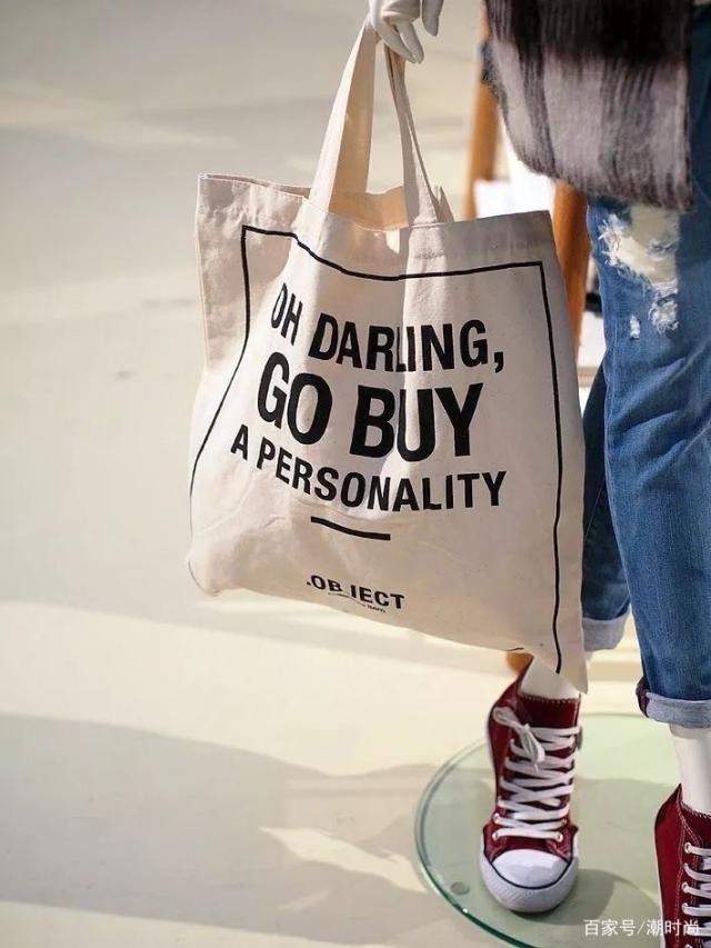 流行的帆布袋,美女們的搭配才時髦,轉發百家號/潮時尚