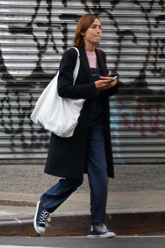 便宜還時髦的帆布袋就不用擔心撞包的尷尬了,大家都是簡約款,覺得尷尬的女生換一款就得了,反正也不貴,而且帆布袋的設計也非常豐富,贏得了很多潮流女星的喜愛,下面一起看看她們是如何駕馭帆布袋這種單品的!
