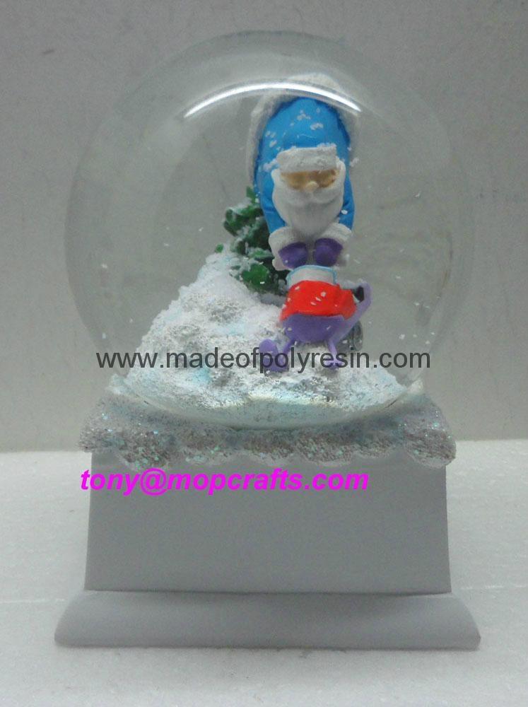 Polyresin Christmas snow ball with music base 3