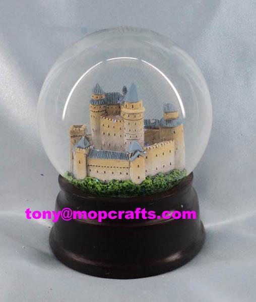 Castle snow globe with glitte 1