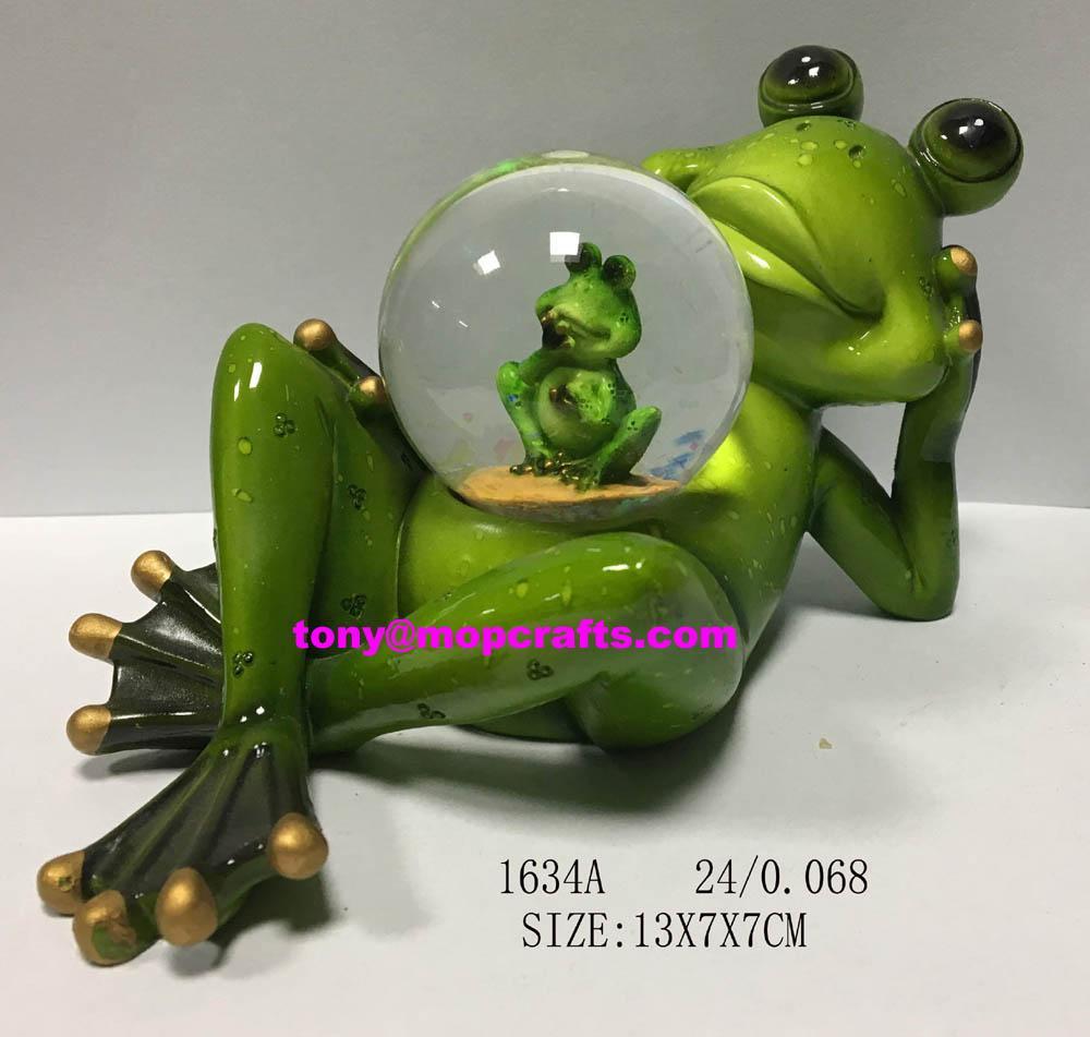 Polyresin lying frog snow globe