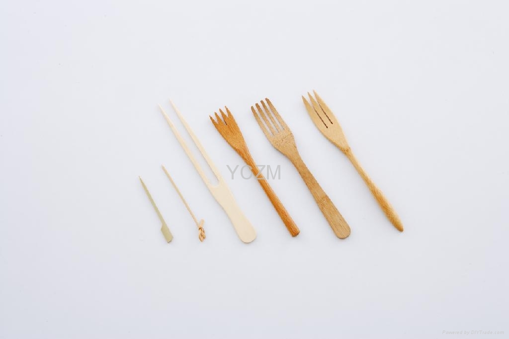 上图最左边三支叉子是天然色未碳化竹材,最右边三支是碳化后的叉子