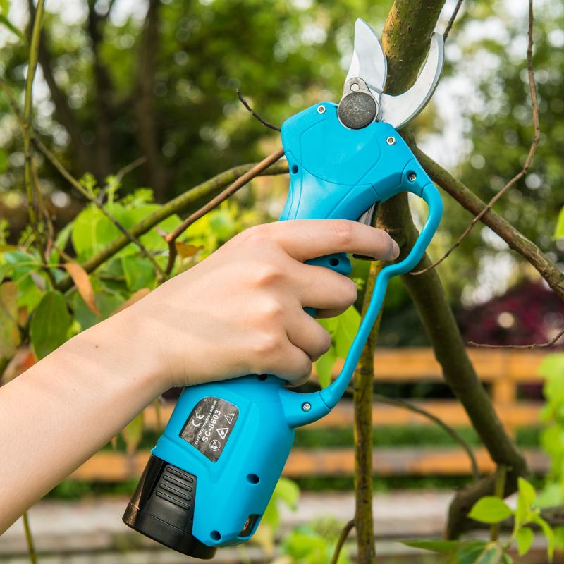 Battery scissors for pruning
