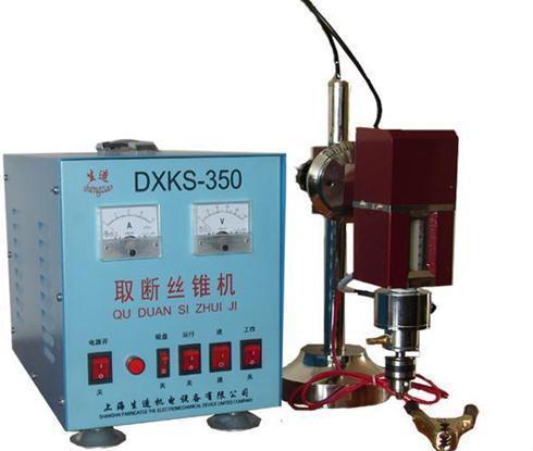 上海珀創機電有限公司 電話:021-56668131(上班時間撥打) 傳真:021-56475272POC-2100型焊機是我公司開發的專業用於高精密度冷焊機,該系列焊機的焊補與焊接精度達到或超過激光焊機的精度,同時又具有氬焊的速度、靈活度,具有較高的實用性,是焊補焊接行業的真正幫手。 它是將儲存於電容器中的電能在瞬間通過脈衝電弧的形式釋放于鎢極與工件之間,溫度極高的電弧使金屬材料組成的工件和焊絲迅速熔化而熔接在一起,達到焊補焊接目的。(敬請區分市面上其他逆變性質,氬弧焊改裝的機器!) 時間很短,發熱量很