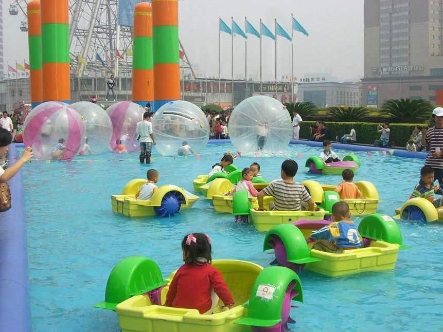 Water games in the inflatable pool